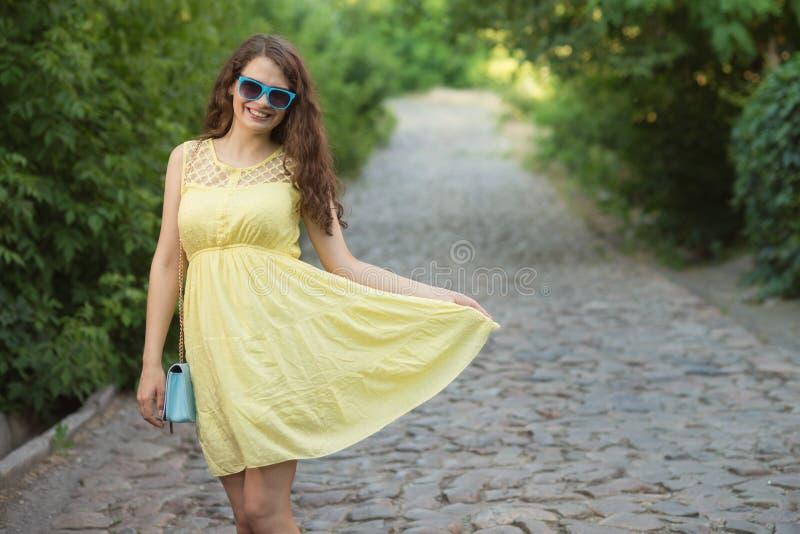 Verticale de jeune femme heureuse photographie stock