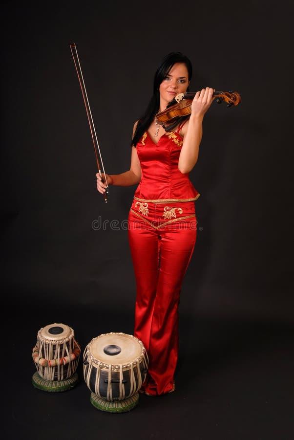 Verticale de jeune femme sexy de musicien avec le violon photographie stock