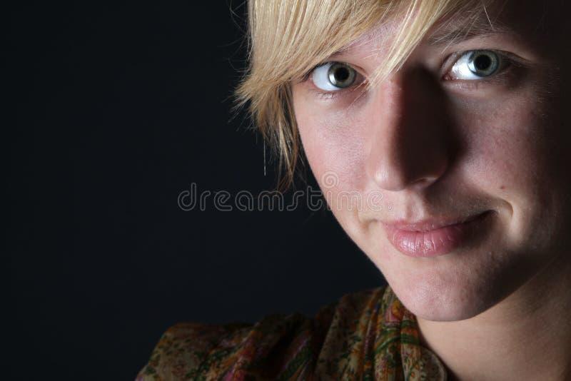 Verticale de jeune femme sur le fond foncé photos stock
