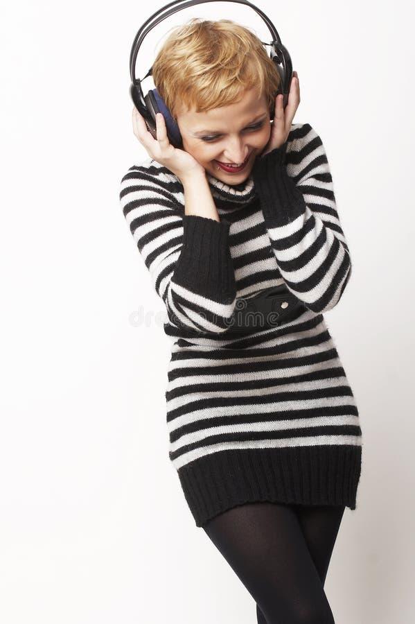 Verticale de jeune fille avec des écouteurs photographie stock libre de droits