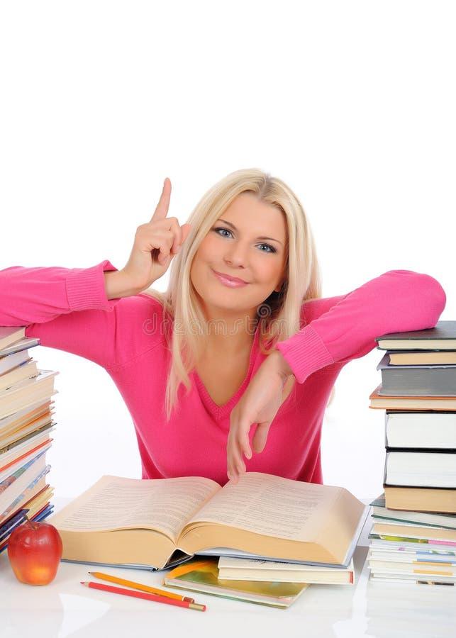Verticale de jeune fille d'étudiant avec un bon nombre de livres photo libre de droits