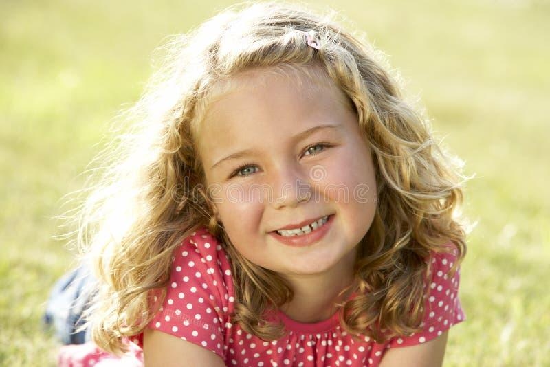 Verticale de jeune fille dans la campagne image libre de droits
