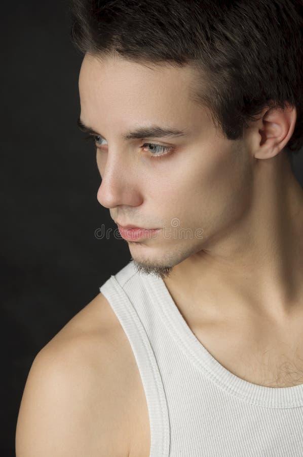 Verticale de jeune homme actif photo libre de droits