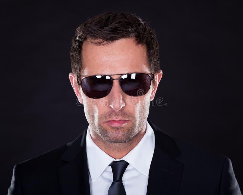 Verticale de jeune homme avec des lunettes de soleil images libres de droits