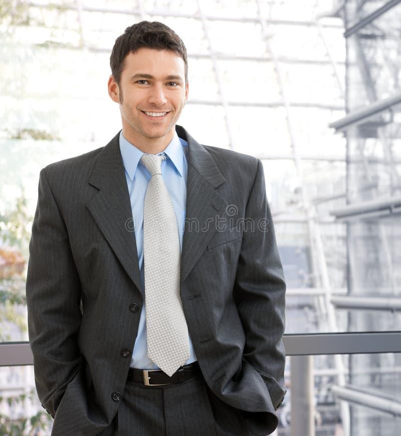 Verticale de jeune homme d'affaires heureux photos libres de droits