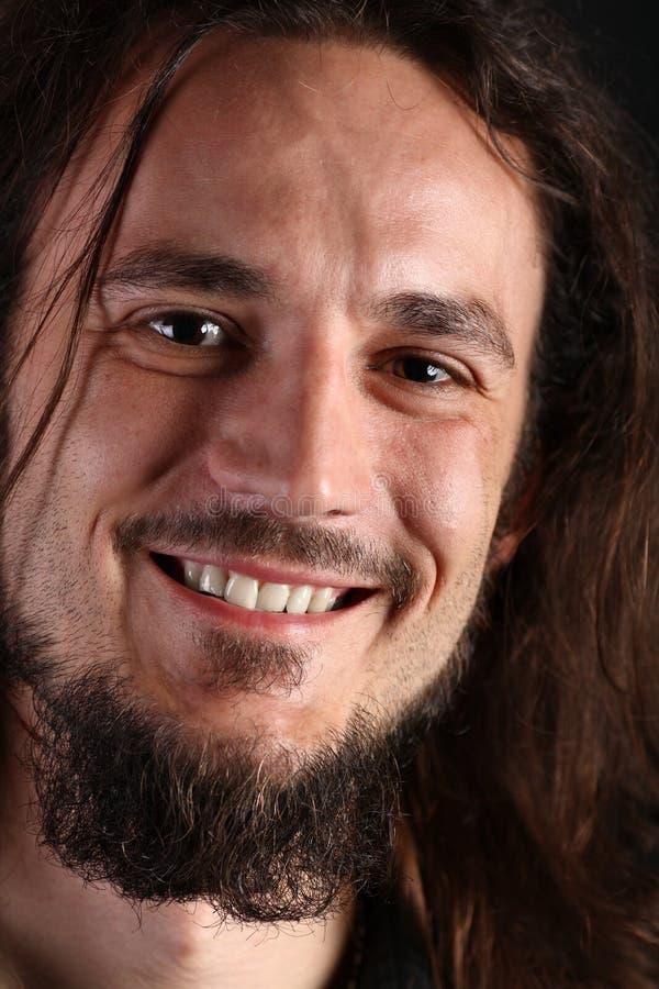Verticale de jeune homme de sourire avec le long cheveu photo libre de droits