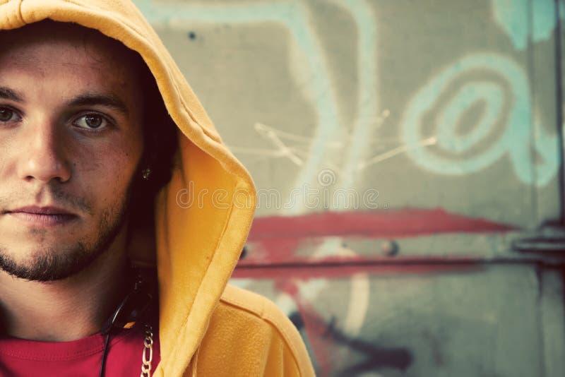 Verticale de jeune homme, graffiti images libres de droits