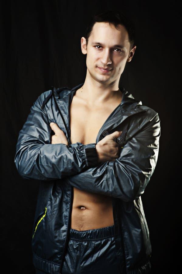 Verticale de jeune homme sexy dans l'usure de sport photos stock