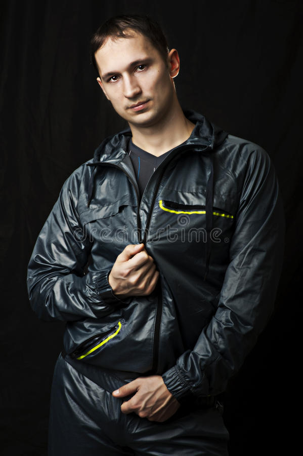 Verticale de jeune homme sexy dans les vêtements de sport images stock