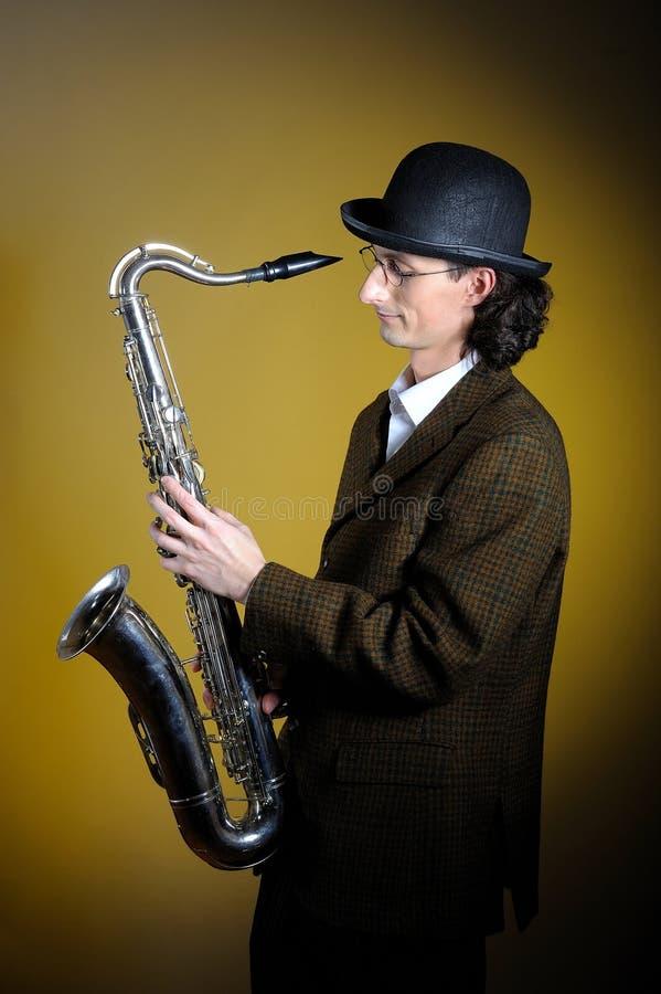 Verticale de jeune monsieur jouant le saxophone image libre de droits