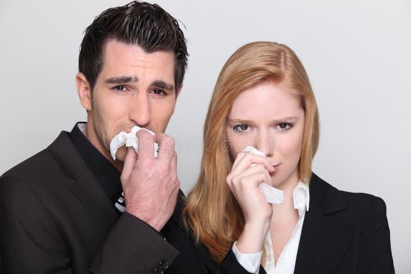Verticale de jeune pleurer de couples images stock
