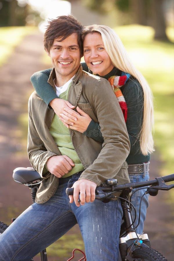 Verticale de jeunes ajouter au cycle en stationnement d'automne photo libre de droits