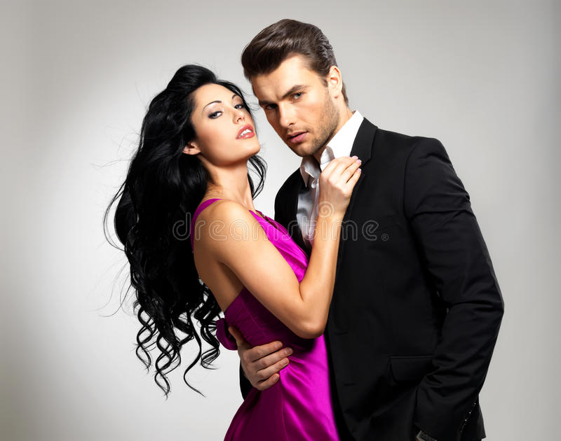 Verticale de jeunes beaux couples dans l'amour image stock