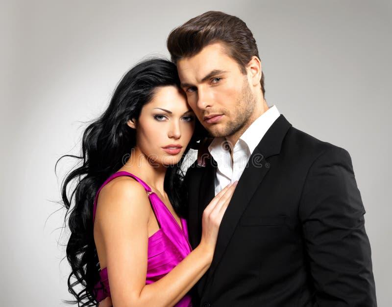 Verticale de jeunes beaux couples dans l'amour images stock