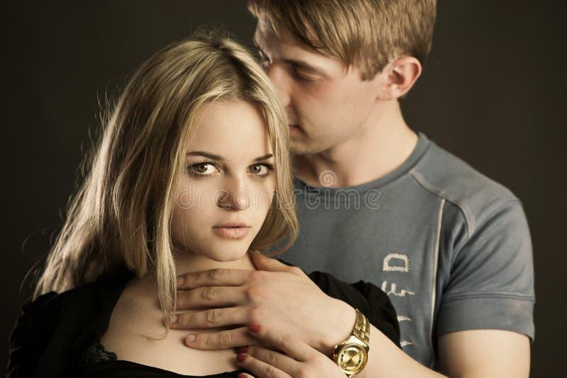 Verticale de jeunes couples images libres de droits