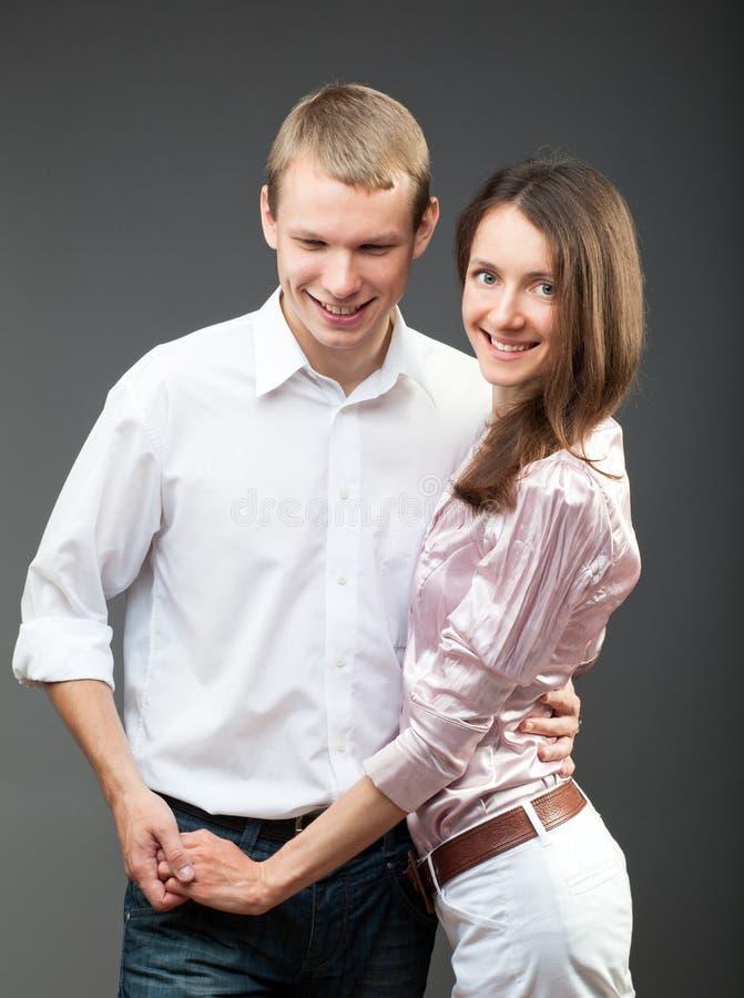 Verticale de jeunes couples de sourire photographie stock libre de droits