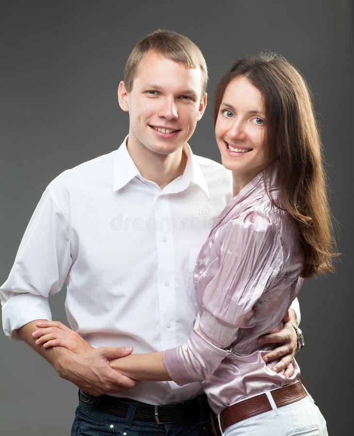 Verticale de jeunes couples de sourire photos libres de droits