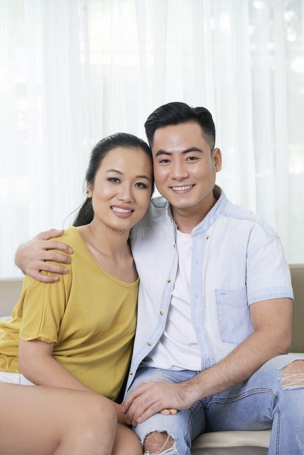Verticale de jeunes couples heureux photo stock