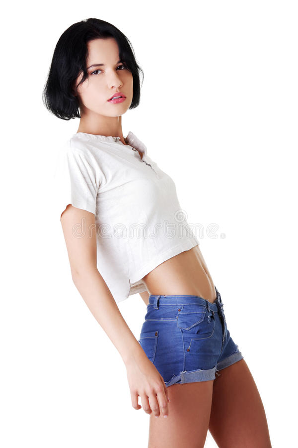 Verticale de jolie et sexy femme dans des jeans courts image libre de droits