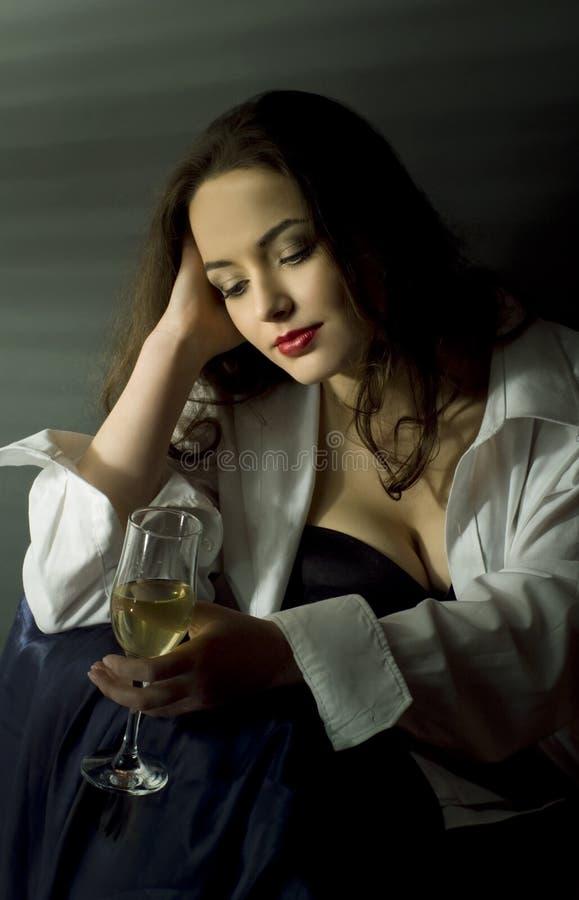 Verticale de jolie femme image libre de droits