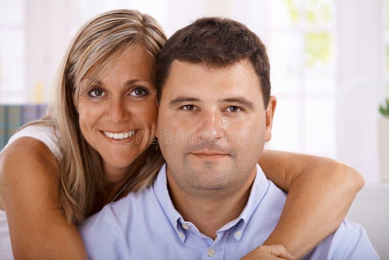 Verticale de l'embrassement heureux de couples photos libres de droits