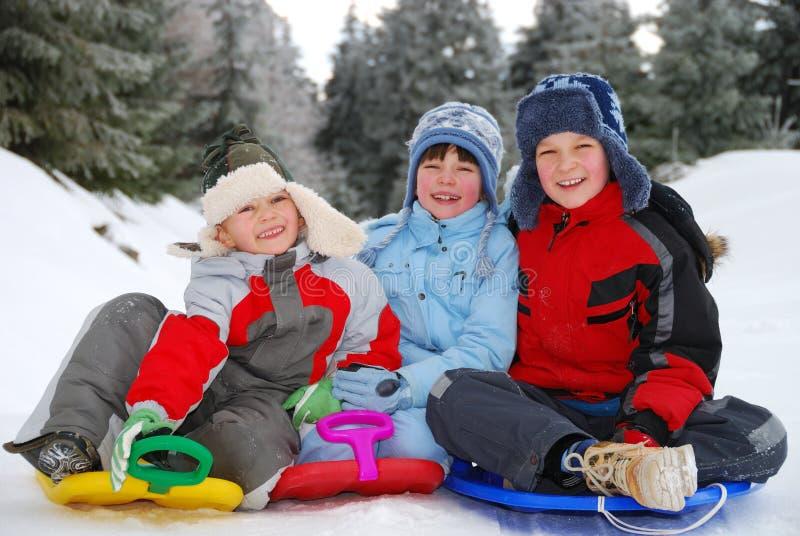 Verticale de l'hiver d'enfants   photographie stock