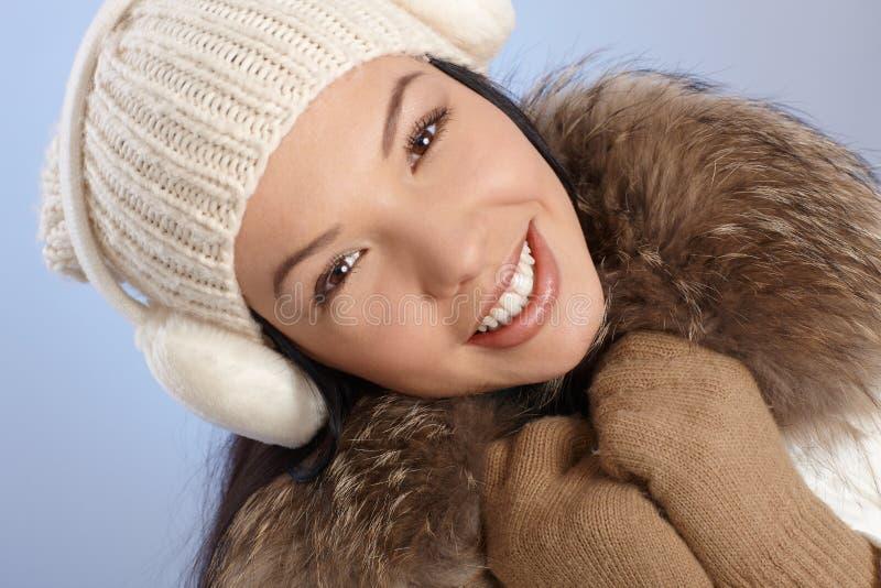 Verticale de l'hiver de beau femme de sourire image stock