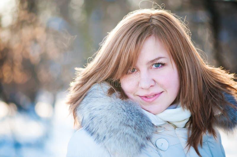 Verticale de l'hiver de femme. DOF peu profond. photographie stock