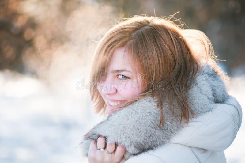 Verticale de l'hiver de femme. DOF peu profond. image libre de droits