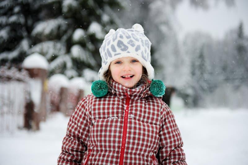 Verticale de l'hiver de fille de sourire adorable d'enfant photographie stock libre de droits