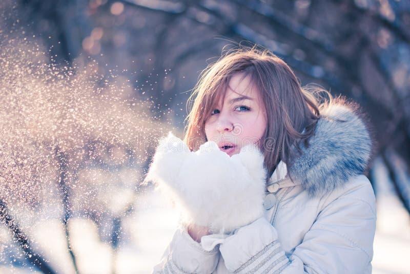 Verticale de l'hiver de jeune femme. photo libre de droits