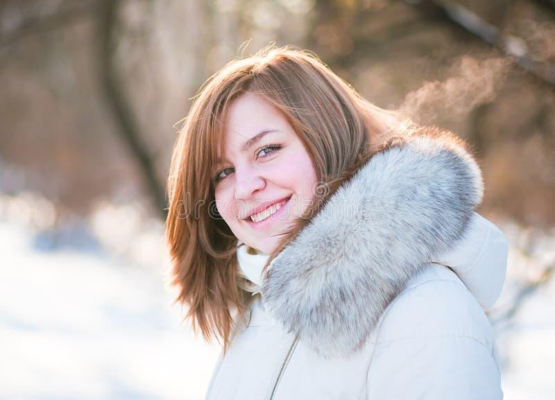 Verticale de l'hiver de jeune femme. images stock