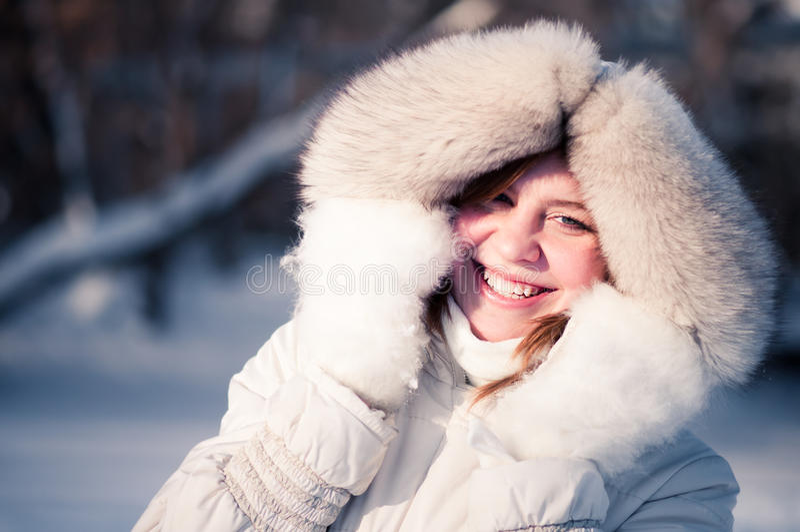 Verticale de l'hiver de jeune femme photographie stock libre de droits