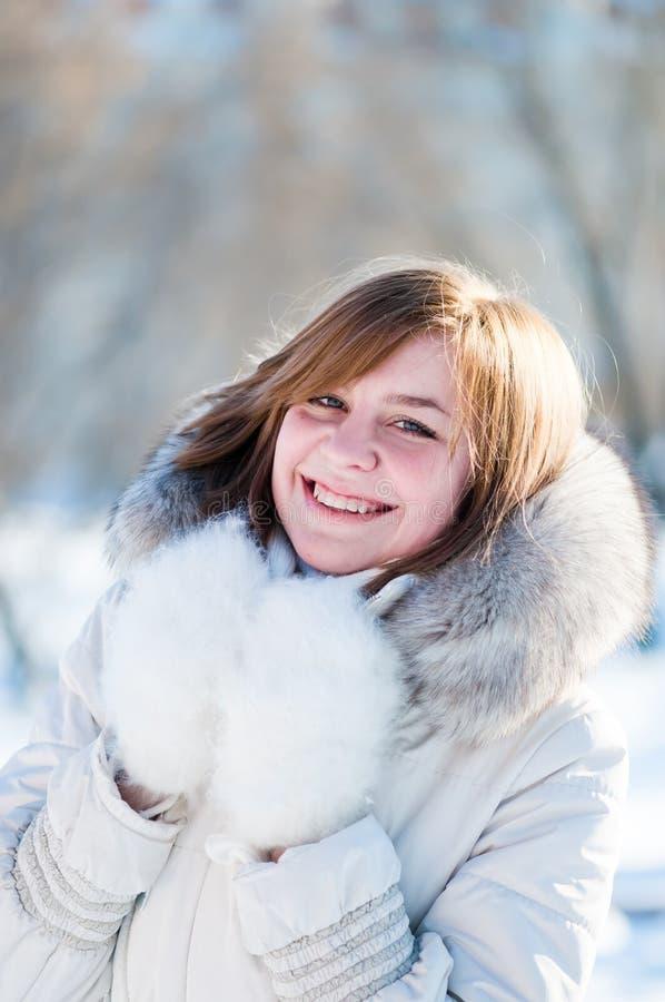 Verticale de l'hiver de jeune femme. photos libres de droits