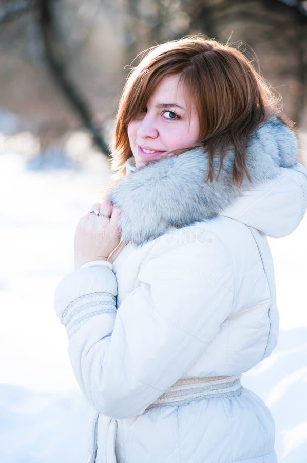 Verticale de l'hiver de jeune femme. images libres de droits