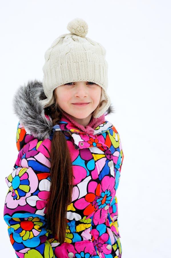 Verticale de l'hiver de petite fille dans des vêtements chauds photos stock