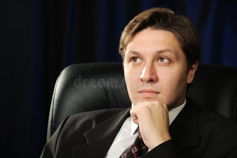 Verticale de l'homme d'affaires sur un fond foncé images stock