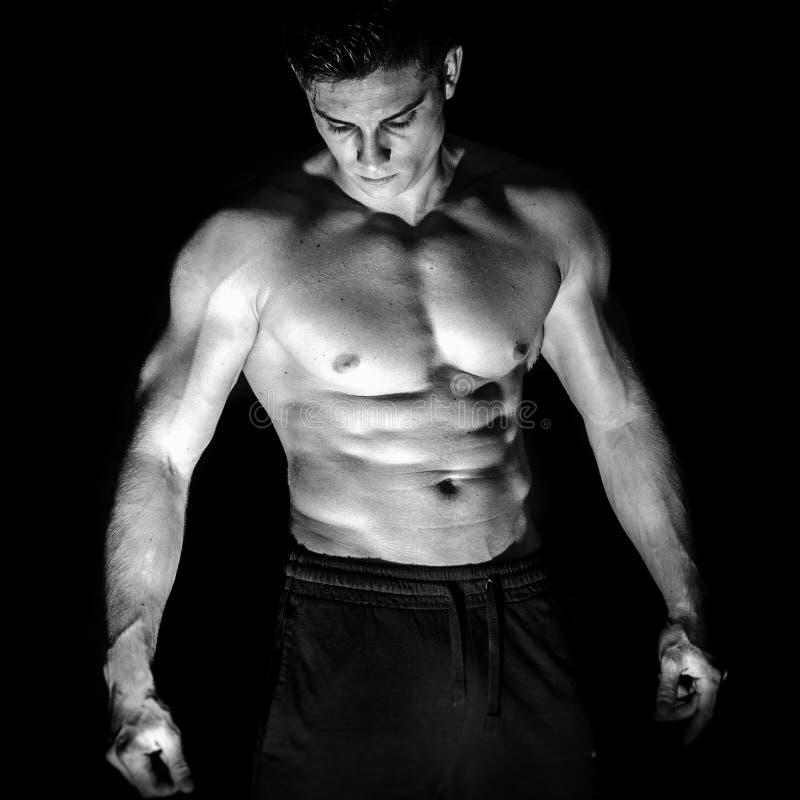 Verticale de l'homme musculaire de younng sans chemise photo libre de droits