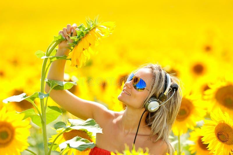 Verticale de la belle femme heureuse écoutant le mus image stock