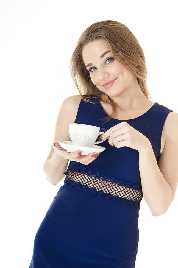 Verticale de la belle femme sexy retenant la tasse et soucoupe. image stock