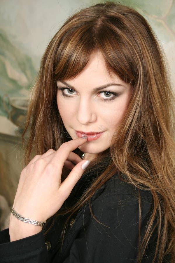 Verticale de la belle jeune femme images stock