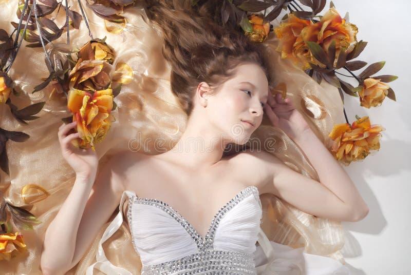 Verticale de la belle jeune femme photo libre de droits