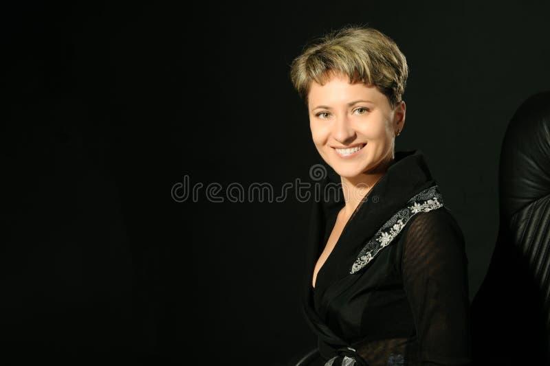 Verticale de la femme d'affaires dans la présidence photographie stock libre de droits