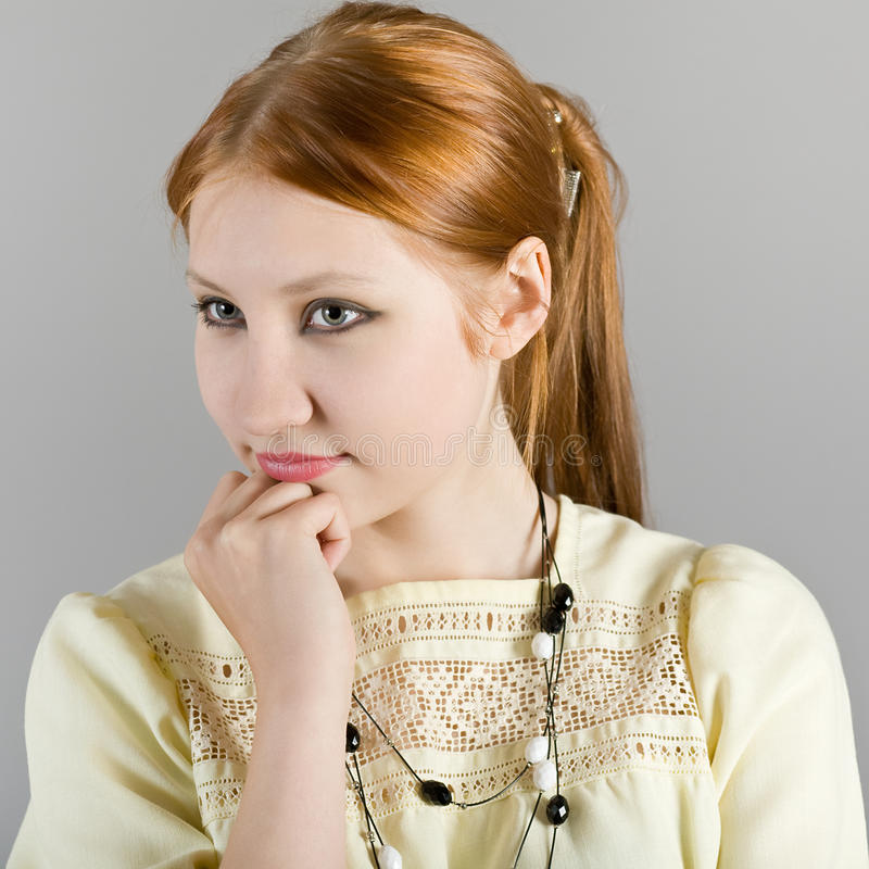 Verticale de la jeune belle fille photos libres de droits