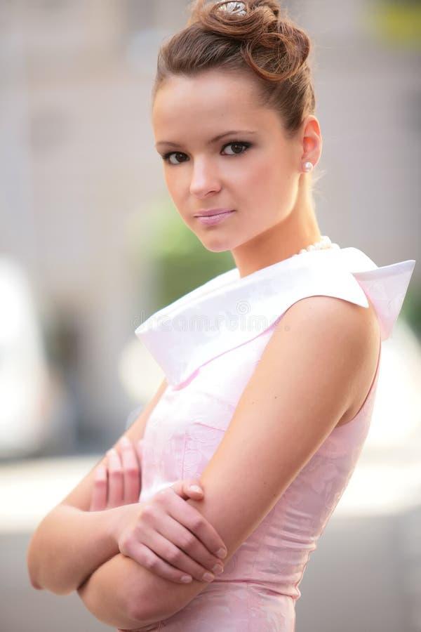 Verticale de la jeune femme photos stock