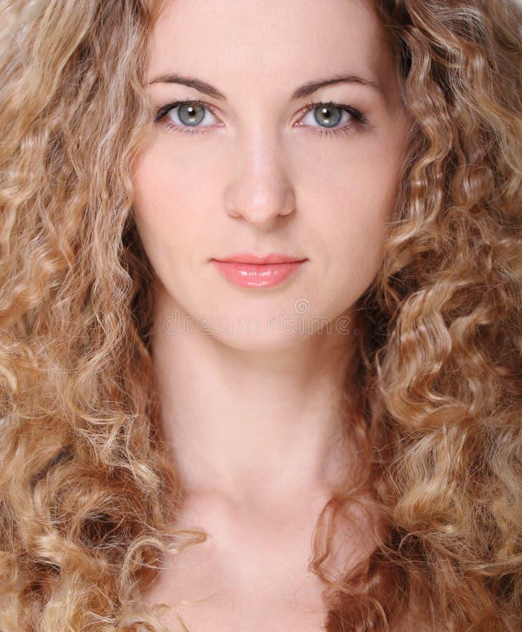 Verticale de la jeune fille blonde de beauté photos libres de droits