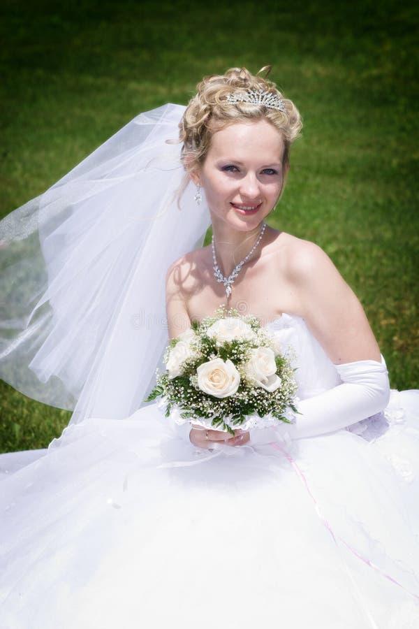 Verticale de la mariée blonde avec des fleurs image libre de droits