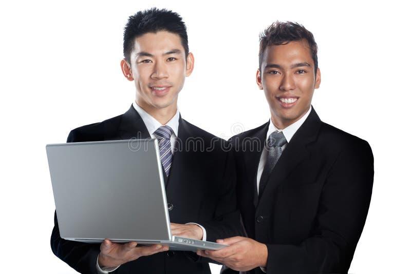 Verticale de la présentation asiatique de deux professionnels photos libres de droits