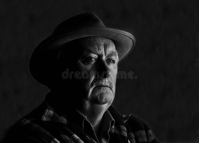 Verticale de mâle aîné en noir et blanc images libres de droits