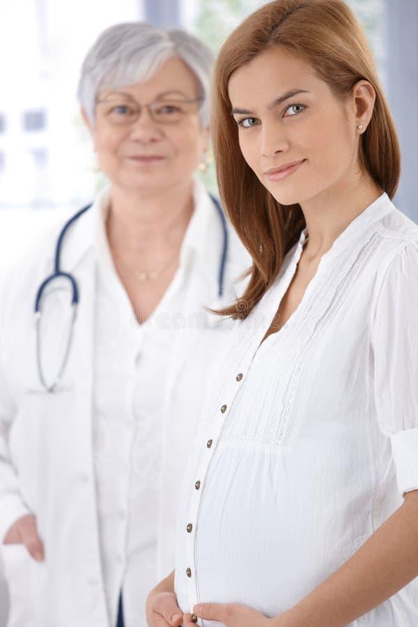Verticale de mère et de docteur enceintes photos stock